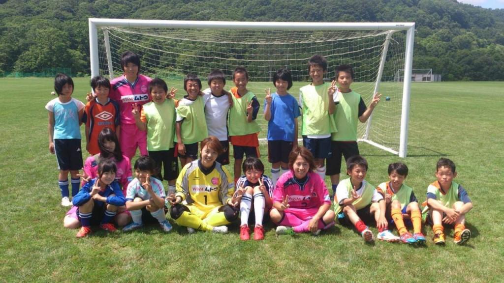 サッカー教室後、浦河町とその周辺地域のサッカー少年少女たちと