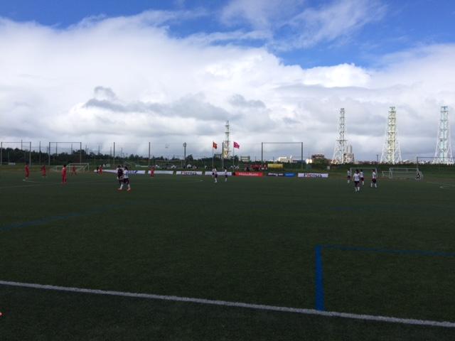 新潟聖籠、降ったり止んだり、風も強かった。しかし素晴らしいサッカー環境、うらやましい。(は)