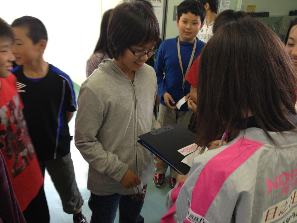 講演会終了後に有田選手にサインをお願いする児童たち